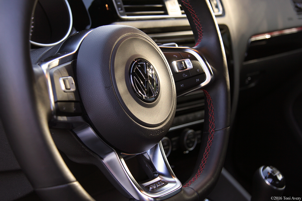 2016 Volkswagen Jetta GLI SE steering wheel